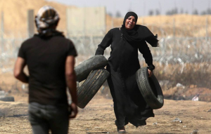 Pal woman with tires (Shehab News Agency) May 11 2018