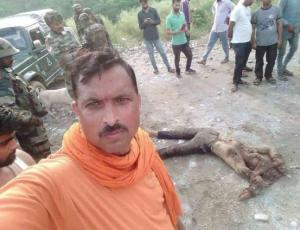 Hindutva creep taking selfie with Kashmiri corpse Sept 15 2018