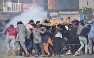 Indian occupying forces attacking funeral procession in Kashmir (Basit Zargar) Sept 30 2018